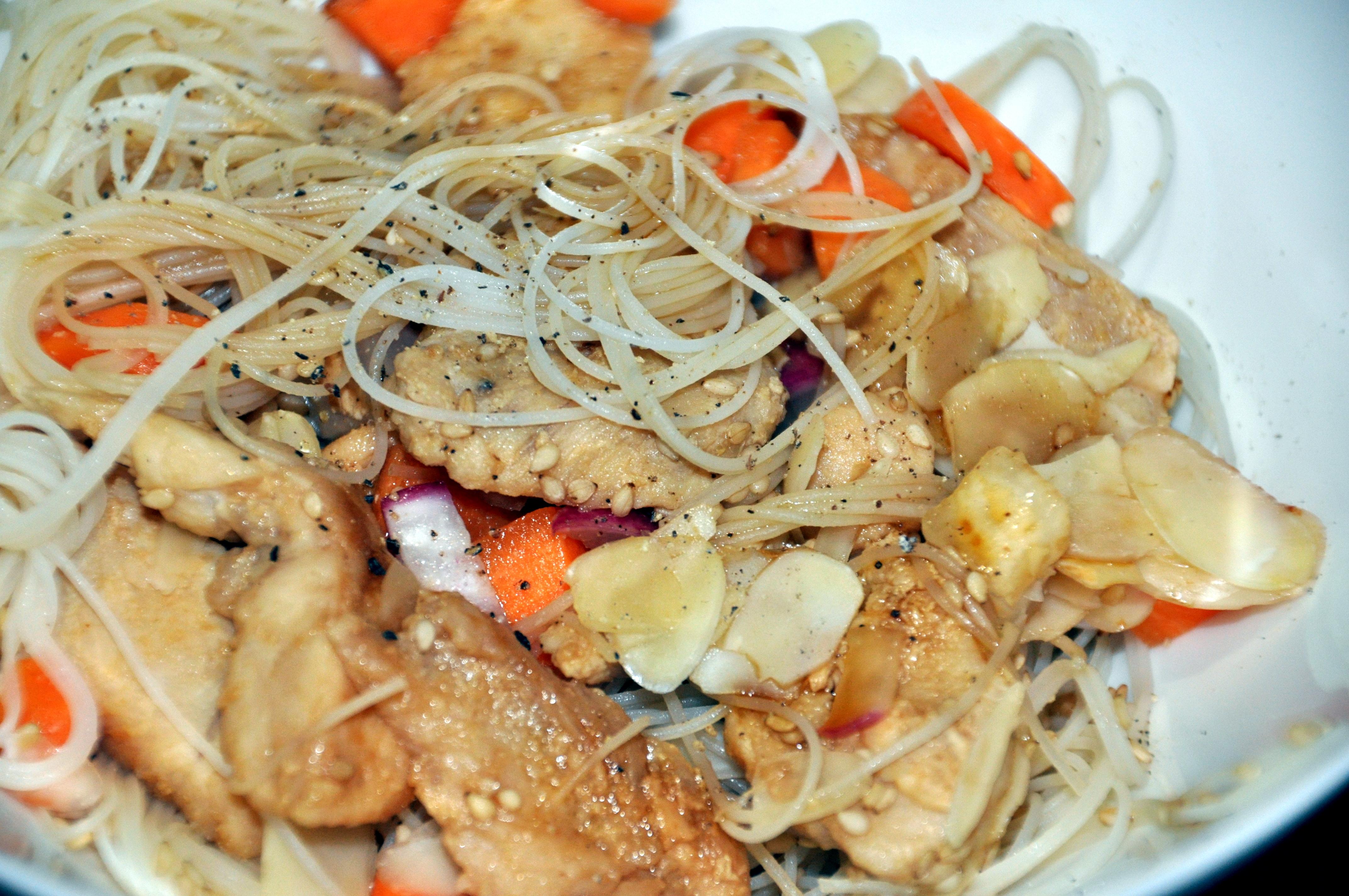 Noodles con pollo caramellato