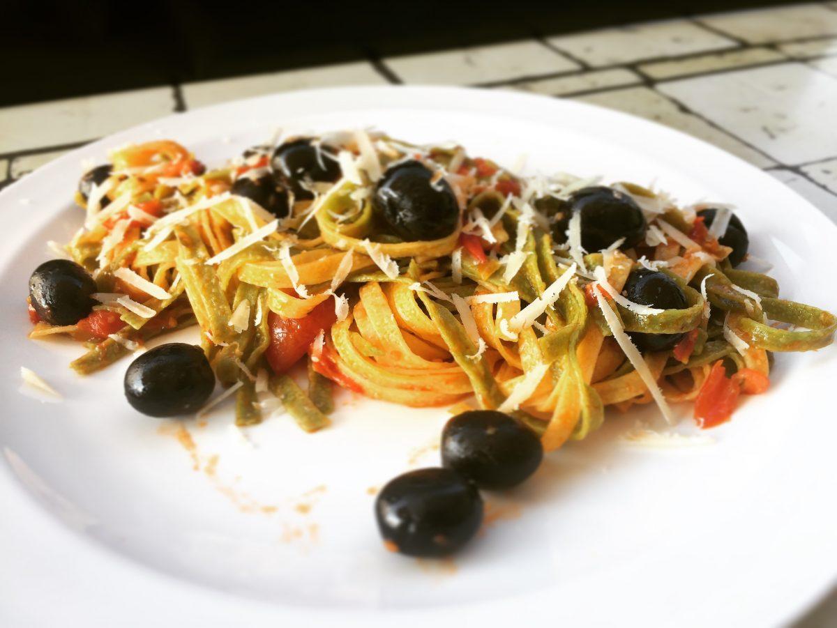paglia e fieno con olive e pomodorini