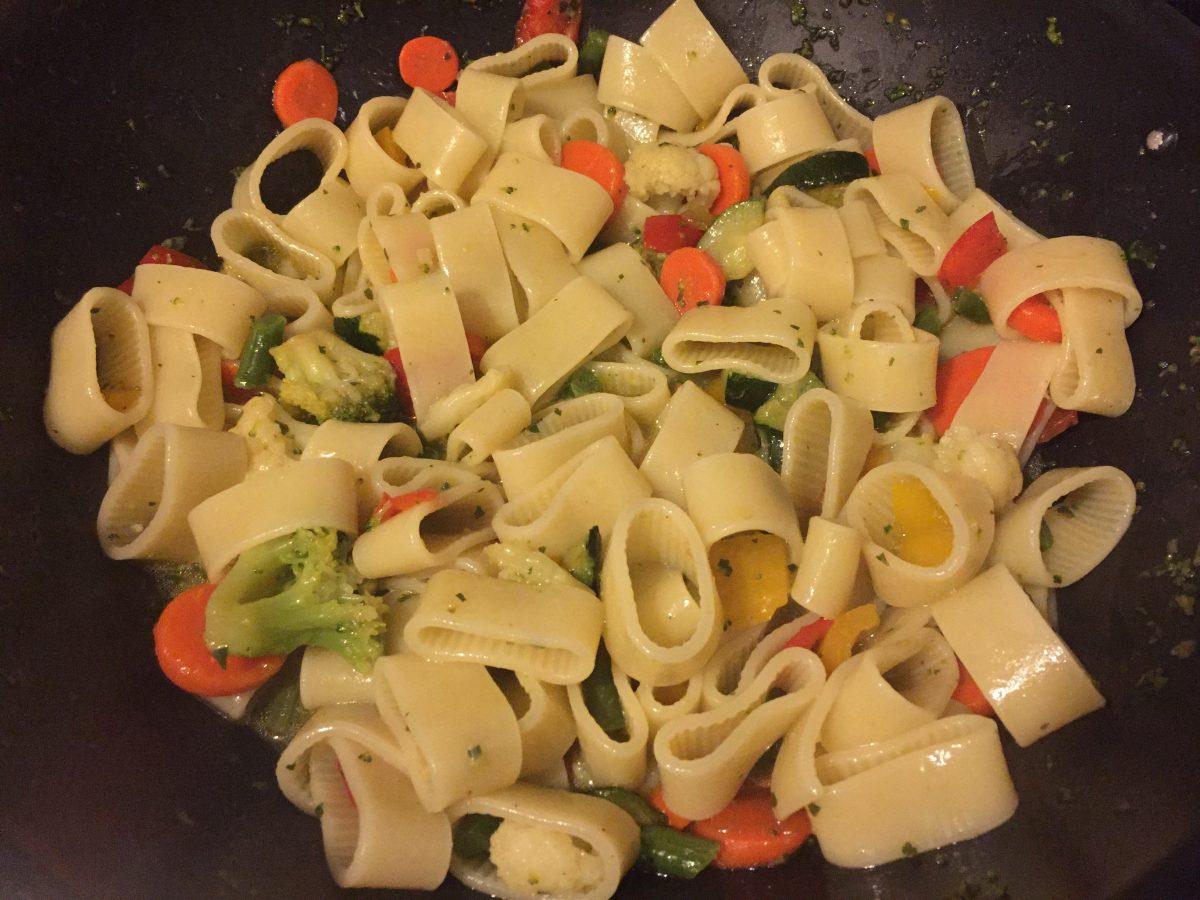 calamarata con giardiniera di verdure e crema di burratina alla ricotta