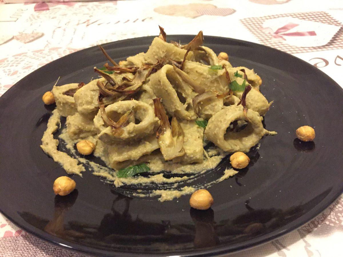 calamarata con crema di carciofi e ceci fritti