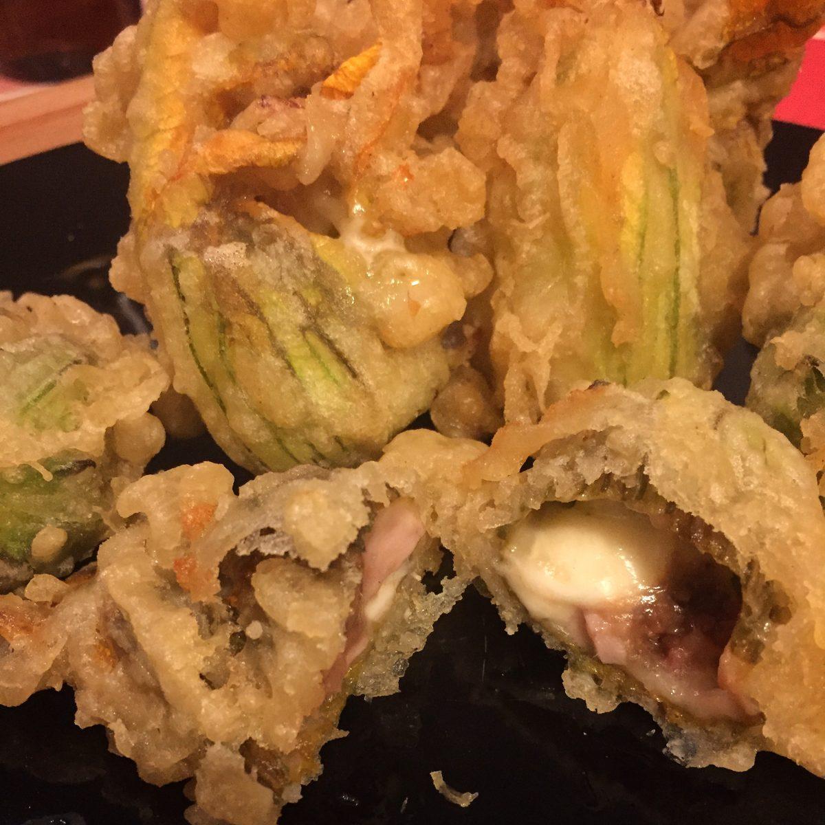 fiori di zucca in tempura con ripieno di alici mozzarella e prosciutto