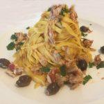 Tagliatelle con sgombro e olive rosatelle