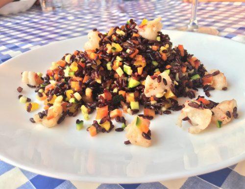 Insalata di riso venere con verdure crude e gamberi