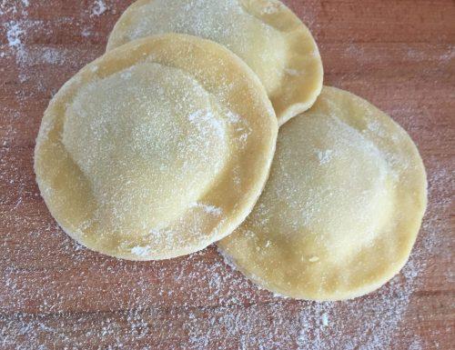 Ravioloni ripieni di zucchine e gamberetti su crema allo zafferano