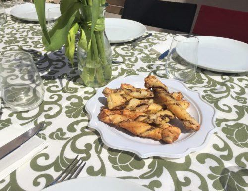 Torciglioni di pasta sfoglia con pate' di olive