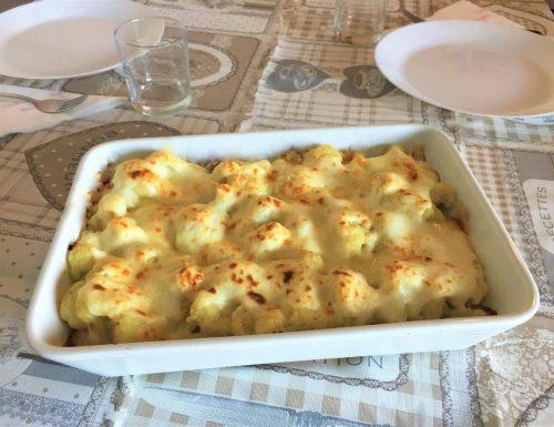Cavolfiore gratinato al forno con besciamella e formaggio.