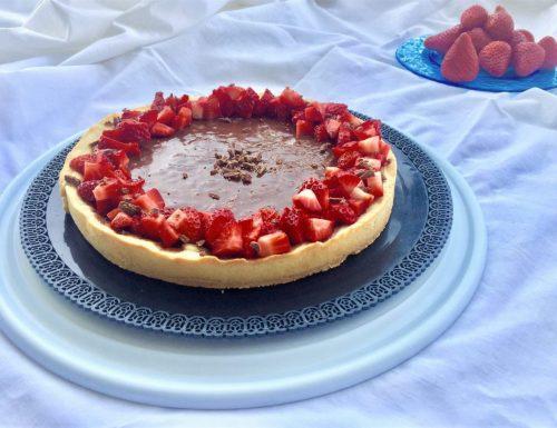 La crostata al cioccolato con la macedonia di fragole.