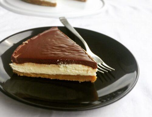La cheesecake al mascarpone e panna con ganache al cioccolato.