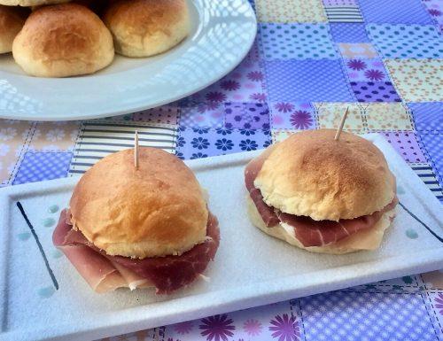 I panini al latte per buffet da farcire sia dolci che salati – la ricetta per farli a casa.