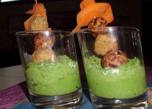 Bicchieri con crema di piselli e Burrata e polpettine finger di calamari e gamberi alle mandorle