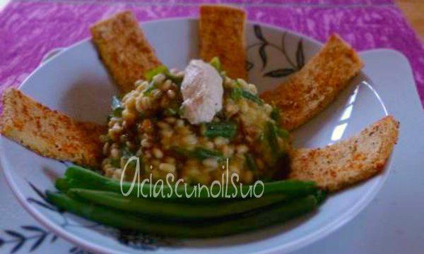 Orzotto cremoso al tofu, fagiolini e porri.