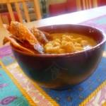 Crema di patate e funghi, con chips di zucca e zafferano, ricetta vegan