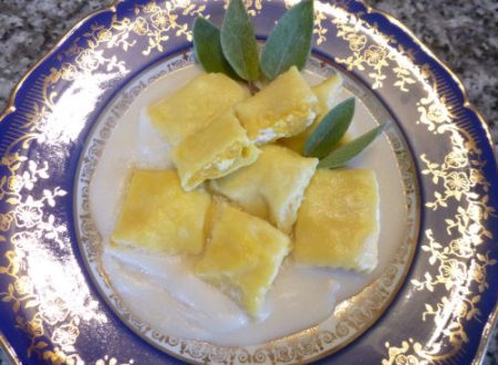 Ravioli con zucca e porri su crema leggera