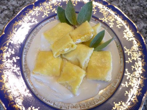 Ravioli con porri e zucca su crema leggera 1