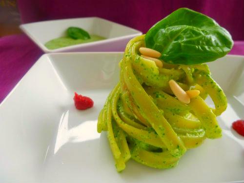 Pesto leggero di spinacini e basilico con yogurt e pinoli