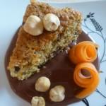 Torta eco con bucce di carote, nocciole e cioccolato fondente