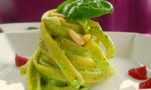 Pesto leggero di spinacini e basilico con yogurt e pinoli | Pronto in 5 minuti