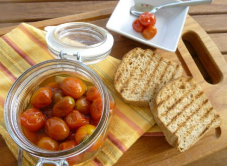 Conserva di pomodorini interi al basilico | Ricetta facile e veloce per conservare i pomodorini | Solo 4 ingredienti