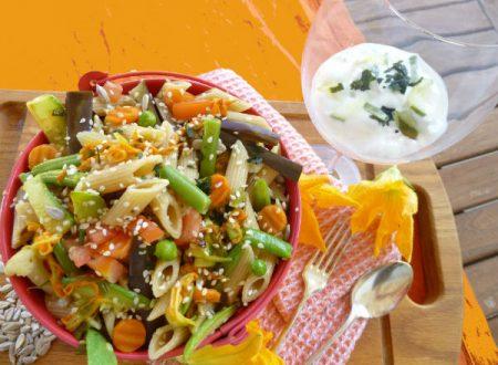 Insalata di pasta, verdura, fiori e semi con variazione tzaziki