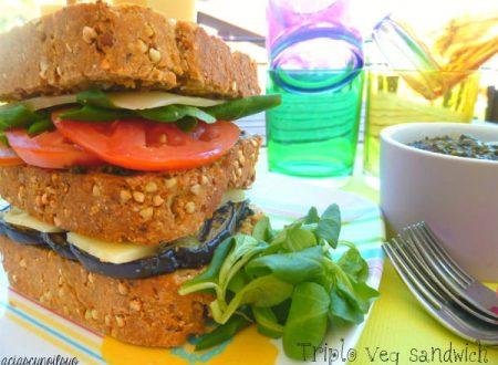 Triplo sandwich integrale con melanzane, pomodori e pesto di valeriana