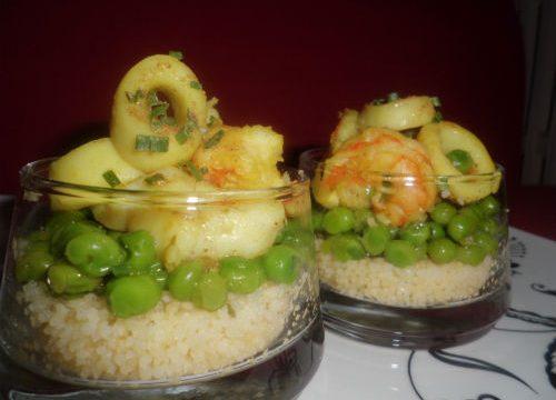 Bicchiere con cous cous, piselli e pesce al curry, in 10 minuti