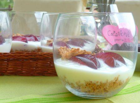 Bicchieri light con susine rosse e yogurt