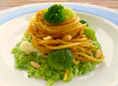 Spaghetti al pesto di curry e pinoli su battuta di broccoli