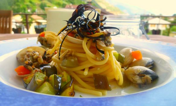 Spaghetti alle vongole con melanzane e bucce fritte