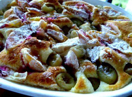 Torta soffice con pesche e uva, cotta al microonde