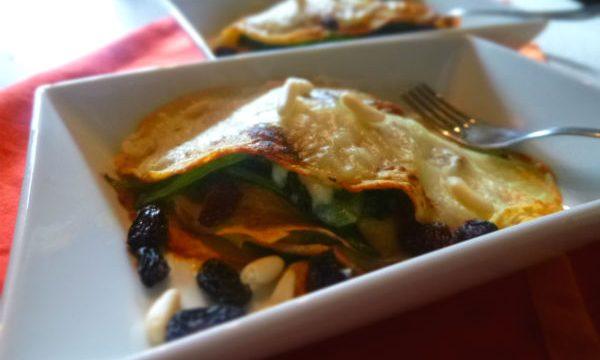 Crespelle vegan di ceci con spinaci, tofu, uvetta e pinoli