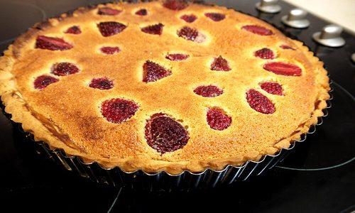 Crostata frangipane vegan con zafferano, fragole e panna acida