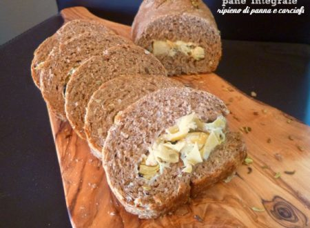 Pane integrale ripieno di panna e carciofi