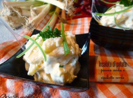 Insalata di patate con panna acida e cipollotto verde