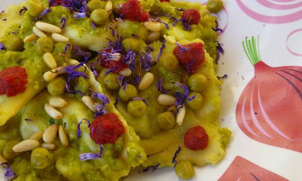 Ravioli di borragine, i suoi fiori e pesto di baccelli