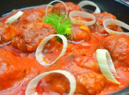 Polpette di pane raffermo e lenticchie con sugo di verdure | Ricetta polpette senza carne