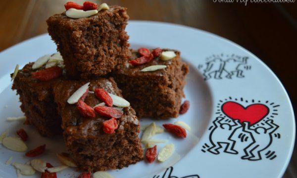 Torta veg cioccolatosa con mandorle e bacche di goji
