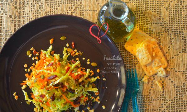 Insalata ricca di verza, carote e frutta secca