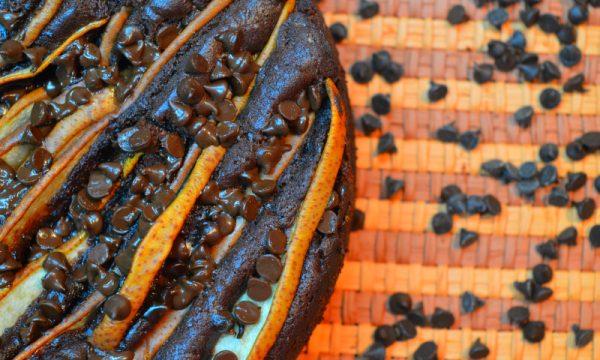 Torta con farina di castagne, pere e cioccolato