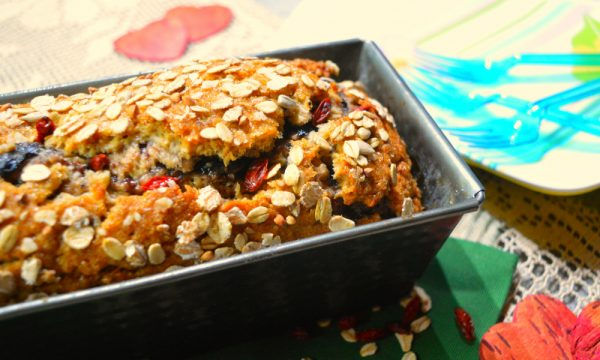 Pan brioche arrotolato di segale e farro con marmellata di mirtilli e bacche di goji