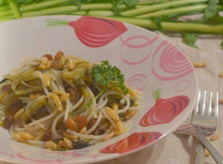 Spaghetti di quinoa con catalogna, uvetta e pinoli