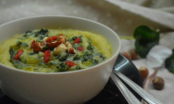 Vellutata di sedano rapa e verde di porri con spinaci e nocciole