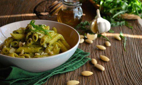 Pesto di rucola e mandorle | Ricetta classica e senza formaggio