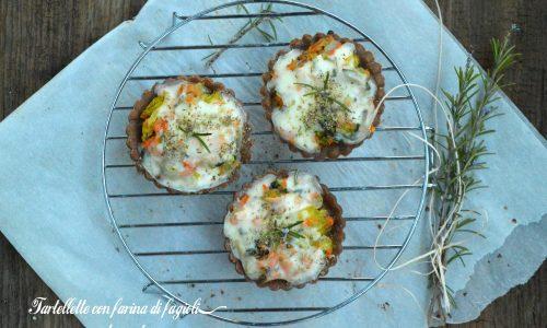 Tartellette salate con farina di fagioli, bucce di carote e verza