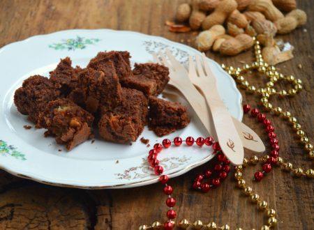 Brownies al cioccolato con pandoro riciclato e arachidi