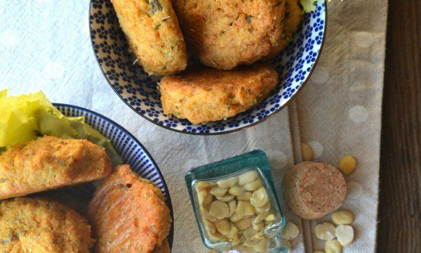 Crocchette di fave spezzate con carote, olive e prezzemolo | Ricetta crocchette al forno