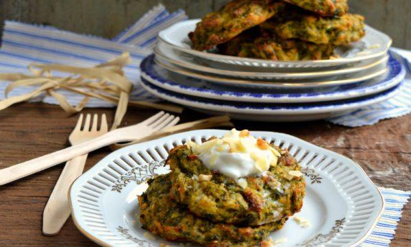 Frittelle di scarola e cime di rapa con farina di mandorle | Ricetta frittelle al forno senza glutine