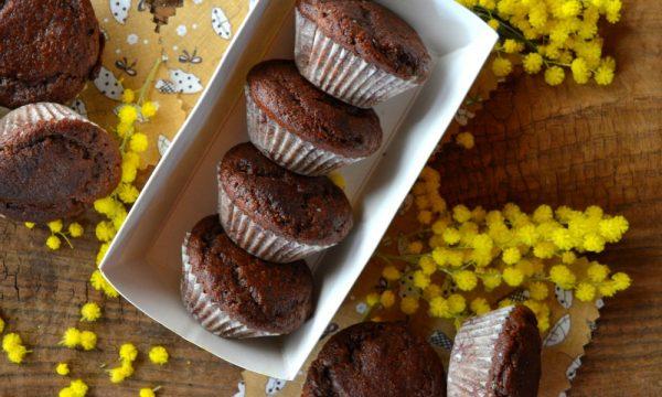 Muffin light e senza zucchero allo Skyr con carrube e mandorle | Muffin da 108 Kcal a porzione