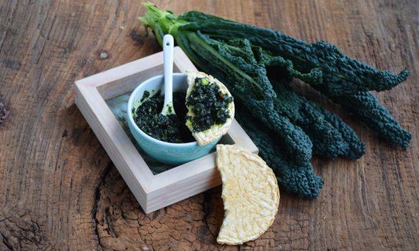 Pesto di cavolo nero arrostito e mandorle
