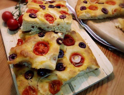 Focaccia olive nere, pomodorini e cipolla