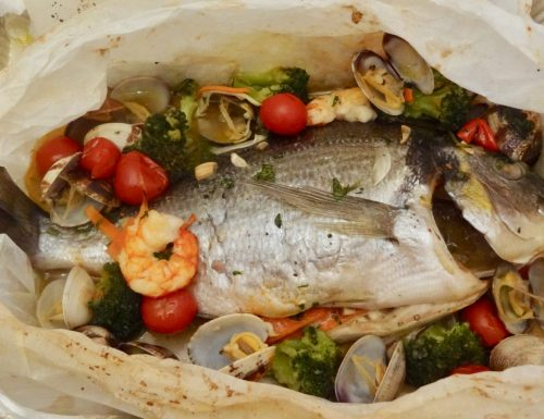 Orata al cartoccio con frutti di mare e verdurine